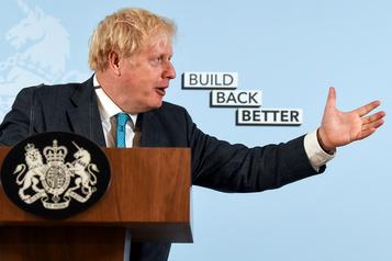 COVID-19 Boris Johnson s'emmêle les pinceaux sur les nouvelles restrictions)