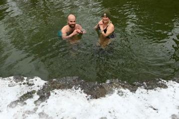 Des Munichois se jettent dans l'eau glacée)