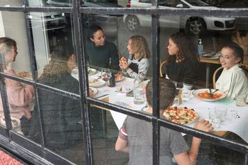 En Australie, bars et restaurants rouvrent doucement)