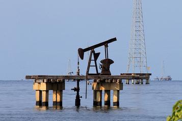 Le pétrole proche de l'équilibre après les stocks américains)