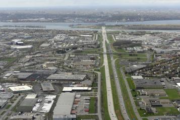 Chantier du pont-tunnel L.-H.-LaFontaine Début de la construction des voies réservées sur l'autoroute20)