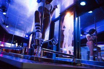 Exclu des programmes d'aide gouvernementale Un propriétaire de bars de danseuses et de saunas poursuit Québec )
