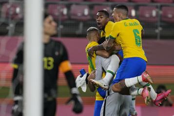 Soccer masculin Le Brésil retourne en finale)