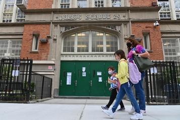 COVID-19 New York rouvre ses écoles primaires malgré une hausse des cas )