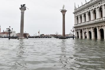 Nouveau pic de marée haute à Venise, la place Saint-Marc fermée