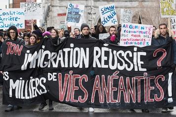 Immigration: la police doit séparer deux groupes de manifestants à Montréal