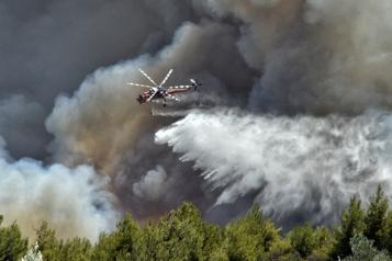 Mont Penteli Un feu de forêt cause de gros dégâts matériels près d'Athènes)