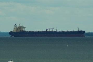 Une collision provoque une fuite de pétrole au large d'un port chinois)