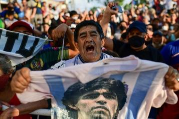 Des milliers d'Argentins disent adieu à Diego Maradona)