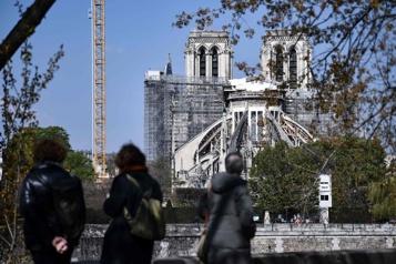 Notre-Dame de Paris, dévastée par un incendie, rouvrira en 2024)