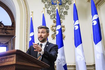 Gabriel Nadeau-Dubois teste la qualité de l'air à l'Assemblée nationale)