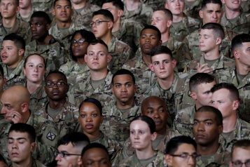 Armée américaine Queue de cheval, tresses et boucles d'oreilles désormais autorisées)