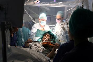 Pour sauver sa main, une violoniste joue pendant son opération du cerveau