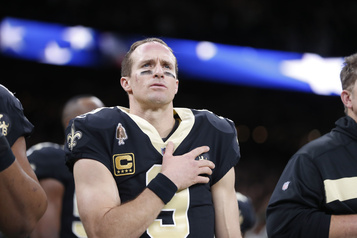 Drew Brees restera debout pendant l'hymne national)