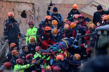 Turquie: course contre la montre des secouristes après le séisme