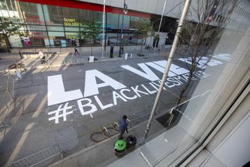 Une fresque «Black Lives Matter» sur la rue Sainte-Catherine )