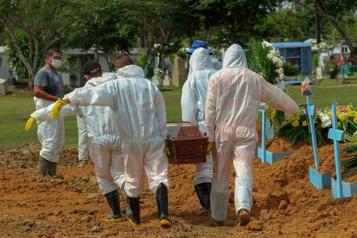 Le Brésil franchit le seuil des 250000morts de la COVID-19)