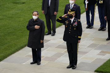 Premier sommet pour Biden avec le premier ministre japonais, un œil tourné vers Pékin)