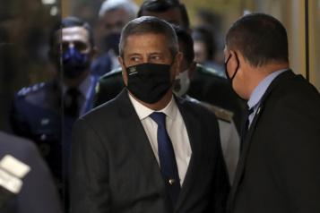 Le président brésilien Jair Bolsonaro nomme les nouveaux chefs de l'armée)