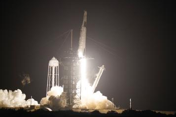 Une fusée SpaceX en route vers la station spatiale )