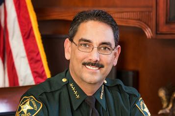 En Floride, un shérif interdit à ses agents le port du masque)