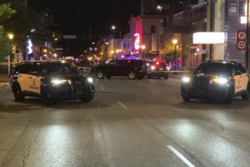Une voiture fonce sur un groupe de manifestants antiracistes à Minneapolis)