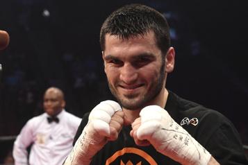 Boxe Artur Beterbiev passe le K.-O. à Adam Deines au 10eround)