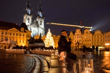 Prague Des chopes de bière sur le trottoir pour protester contre les restrictions)