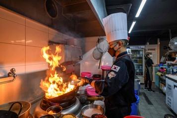 Avec la pandémie, les «cuisines fantômes» explosent en Asie)