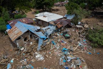 Indonésie Arrivée de l'aide humanitaire dans les îles dévastées par un cyclone)