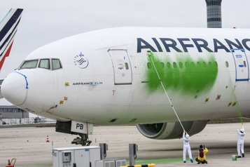 Des militants de Greenpeace repeignent un avion d'Air France)