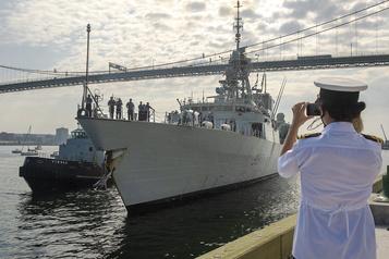 Le NCSM Fredericton rentre à Halifax)
