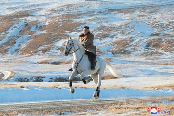 Corée du Nord: Kim Jong-un se promène à cheval, intenses spéculations