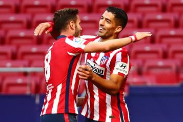 Luis Suarez marque deux buts à son premier match avec l'Atlético Madrid)