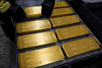 L'or franchit la barre des 1800 $ US l'once, une première depuis 2011)