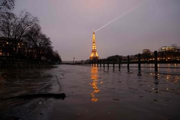 Paris sous l'eau? Le réchauffement planétaire augmente le risque de crues de la Seine)