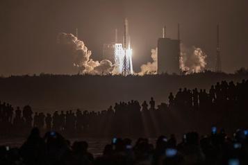 La Chine lance une rare mission pour ramener des roches lunaires)