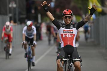Tour d'Italie Caleb Ewan célèbre, Antoine Duchesne et ses coéquipiers évitent les ennuis)