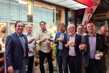 Restos interdits aux non-vaccinés Combo pizza-cola pour Bolsonaro dans la rue à NewYork)