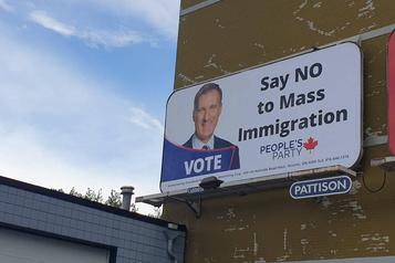 Des affiches anti-immigration invitent à voter pour le PPC