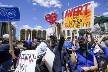 Plusieurs employés du Met de NewYork manifestent contre les baisses de salaires)