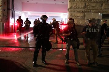 Portland: les troupes fédérales se retirent, les manifestants ne cèdent pas)