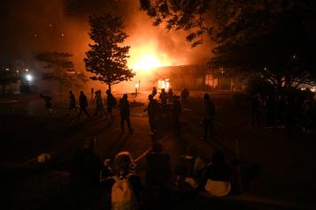 Minnesota: des manifestants incendient un poste de police)