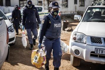 Afrique du Sud Bière, bouffe et baskets pillées: une descente de police dans un township)