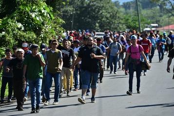 Des migrants honduriens passent en force la frontière avec le Guatemala