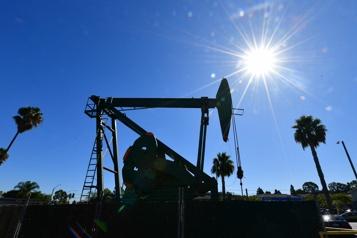 Le pétrole baisse légèrement mais conserve des gains sur la semaine)
