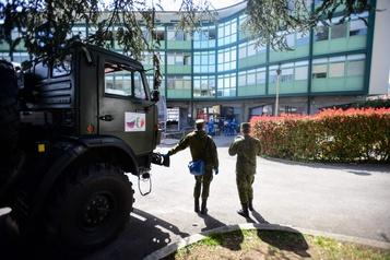 Des soldats russes désinfectent une maison de retraite en Italie