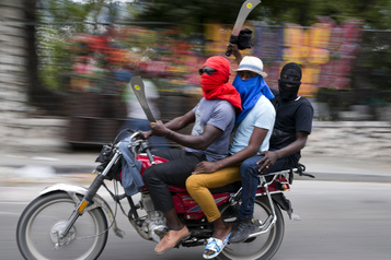 Port-au-Prince paralysée après des violences entre policiers et militaires)