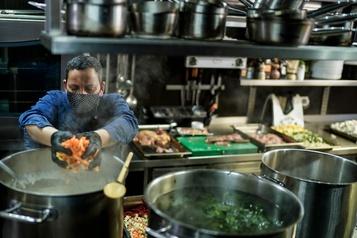 Une cheffe étoilée prépare la soupe pour les soignants