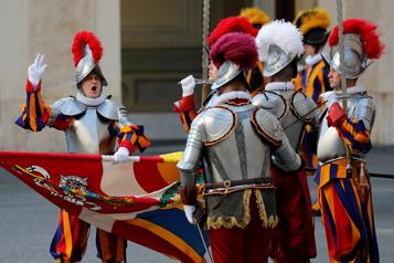Les nouveaux gardes pontificaux suisses prêtent allégeance au pape François)
